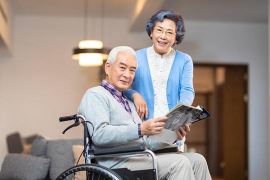 父母都是53岁,应该怎么帮他们买保险呢?