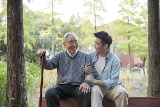 如何给高龄老人购买保险...