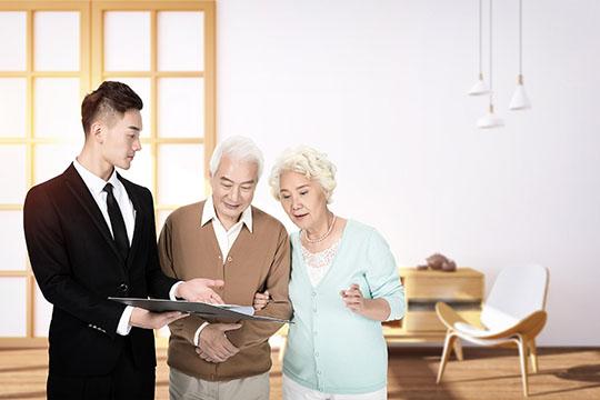 50岁老人买什么保险好?投保时一定要注意这些事项
