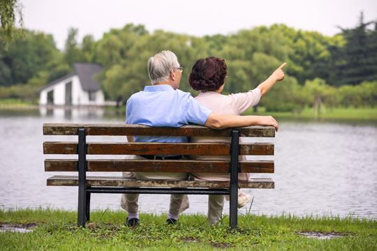 买寿险还是意外险?给父母买保险应该注意什么?
