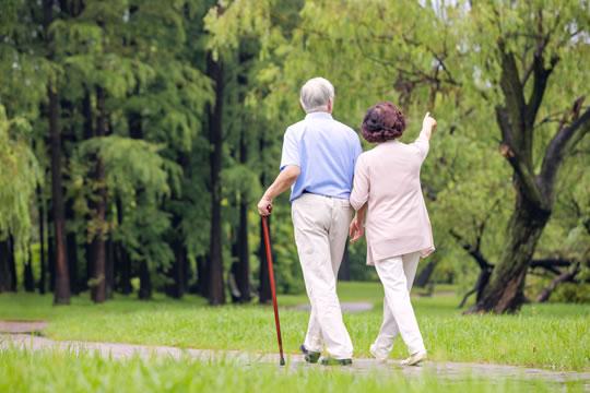 为什么老人们买保险又贵又难买?